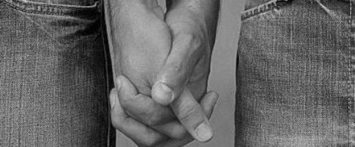 Resultado de imagen de hombres con manos entrelazadas